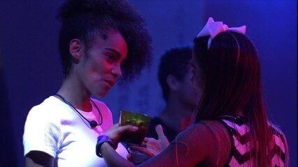 Carolina e Gabriela conversam sobre relacionamentos