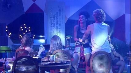 Alan dança com Gabriela enquanto Carolina observa