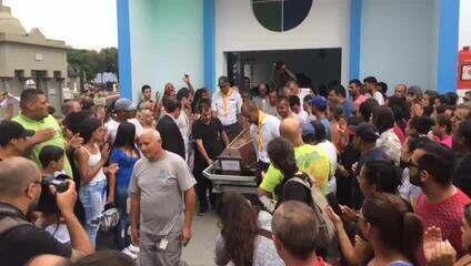 Corpo de Samuel de Oliveira Silva é sepultado em Suzano sob aplausos