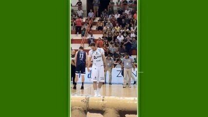 Jogo entre São José e Bauru fica paralisado para atletas procurarem a lente de Pedro