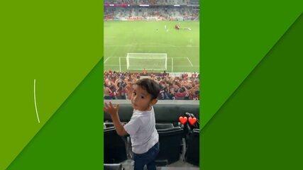 Filho de Braian Romero curte a goleada do Athletico no embalo da torcida