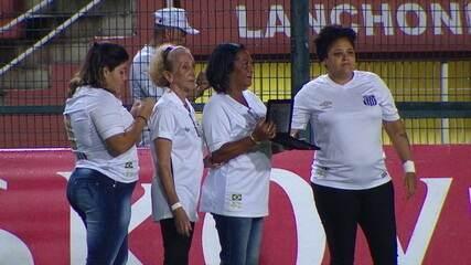 Família de Coutinho marca presença em partida do Santos para homenagear jogador