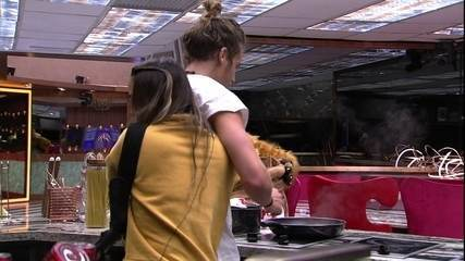Carolina abraça Alberto enquanto italiano cozinha