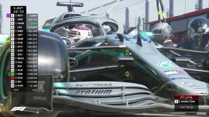 Hamilton para nos boxes na volta 16 e volta à frente de Vettel
