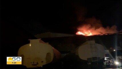 Incêndio destrói galpão de móveis de luxo, em Anápolis