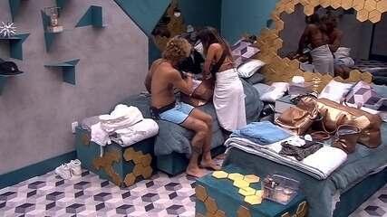 Alan ajuda Carolina com as malas em noite de Eliminação