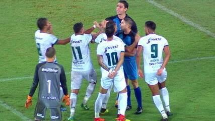 Mudou! Árbitro marca pênalti a favor da Portuguesa, mas muda decisão e volta atrás aos 31 do 1º tempo