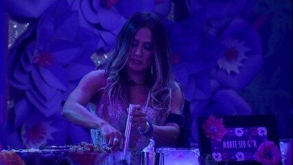 Carolina prepara drink durante Festa Embelleze 50 anos