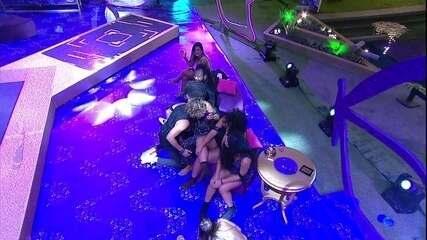 Alan sensualiza para Gabriela, e eles ficam de rosto colado