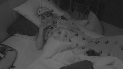 Carolina dorme com o rosto apoiado na mão e comete infração grave