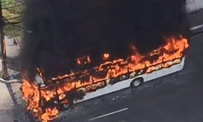 Ônibus pega fogo em Jaboatão dos Guararapes, no Grande Recife