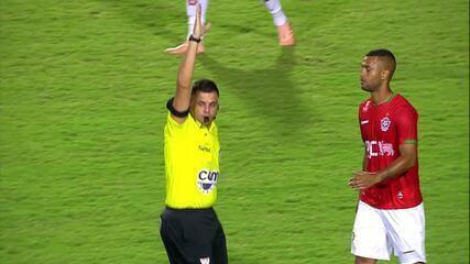 Aos 24 do 1ºT, VAR é acionado, e árbitro anula o gol do Atlético marcado por Maicon Bolt