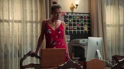 Isabel (Alinne Moraes) vê a arma que vai ser usada no filme