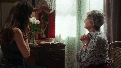 Gentil acende uma vela para Américo e é consolada por Lenita