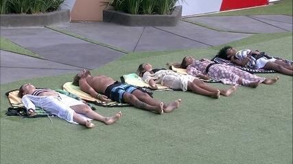 Paula, Alan, Hariany, Carolina e Gabriela meditam no gramado da casa