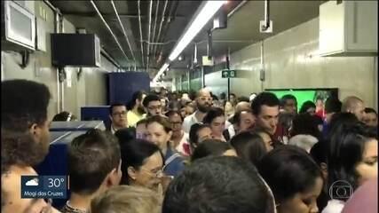 Falha nas linhas Azul e Vermelha causa filas no metrô