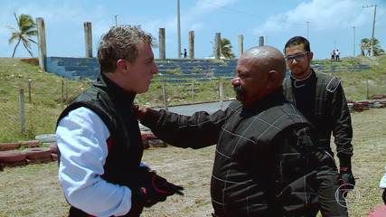Luciano Huck vai a kartódromo surpreender Bigode no 'Lata Velha'