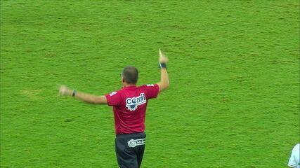 Após uso do VAR, juiz anula gol do América-MG, aos 07' do 1ºT