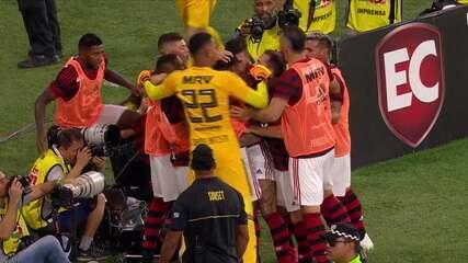 Gol do Flamengo! Renê acha Gabriel na esquerda, que solta a bomba e empata a partida, aos 23' do 2ºT