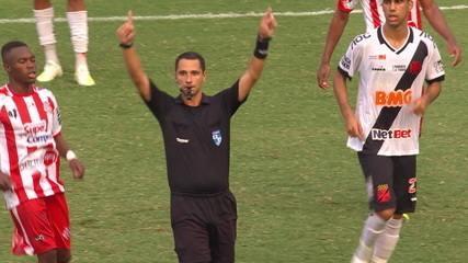 Após bola levantada na área, árbitro pede VAR e marca pênalti para o Vasco