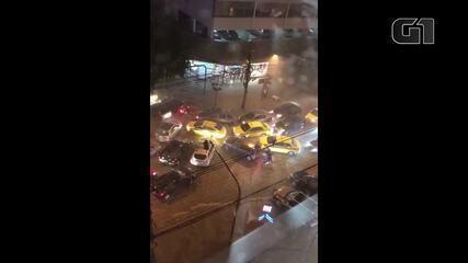 Trânsito fica caótico na Rua Jardim Botânico devido a temporal