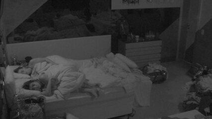 Alan, Carolina, Hariany, Paula e Rízia continuam dormindo