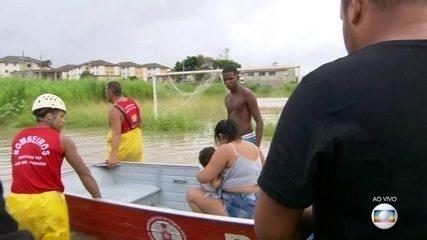 Bombeiros usam barco para resgatar família ilhada em Santa Cruz