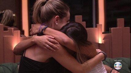 Após formação de Paredão, Carolina, Hariany e Paula se abraçam e choram