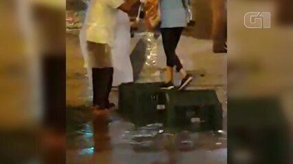 Vídeo mostra homem ajudando idosa a atravessar a rua durante temporal; ele diz que ela o agradeceu