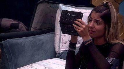 Hariany chora enquanto retoca maquiagem no Quarto Ouro