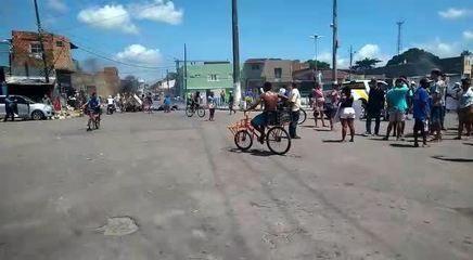 Protesto bloqueia ruas no entorno do terminal de ônibus da Levada, em Maceió