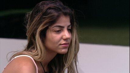 Hariany abraça Paula pela manhã e diz: 'Tô triste, não paro de pensar no que aconteceu'