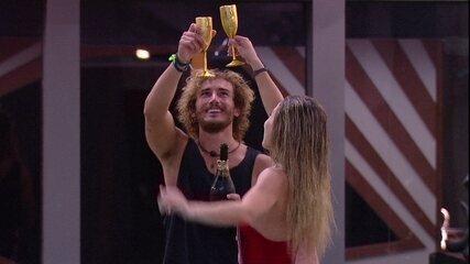 Alan e Paula estouram champanhe e brindam: 'Ao BBB'