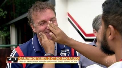 Sem ver nem escutar, Carlinhos conhece os ídolos no CT do São Paulo