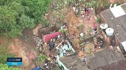 Chuva provoca transtornos no Grande Recife e barreira atinge casa em Olinda