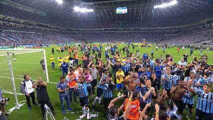 Elenco do Grêmio festeja título do Gauchão e provoca Inter com 'um minuto de silêncio'