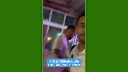 Fred brinca com óculos futurista do presidente do Cruzeiro