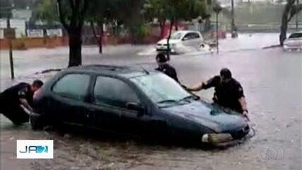 Policiais socorrem idoso preso dentro de carro em alagamento, em Goiânia