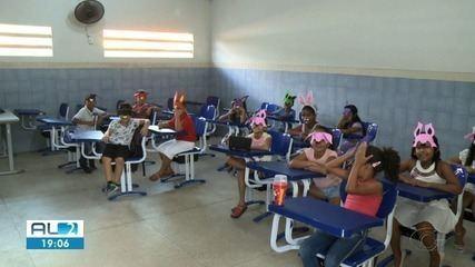 Estudantes de escola que pegou fogo em Branquinha voltam às aulas em outra unidade
