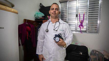 Após atuar no Mais Médicos, médico cubano vende doces e carrega malas em SP