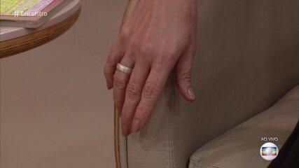 Fátima Bernardes usa anel comemorativo de um ano e meio de namoro