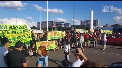 Manifestantes bloquearam trânsito da via S1 no DF