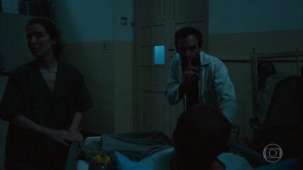 Evandro e Carolina escondem Dinho no depósito em meio a apagão