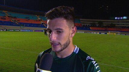 Leandro Barcia comemora gol da vitória do Goiás e o dedica à mãe