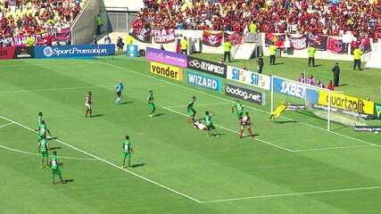 Diego cobra pênalti e Tiepo defende. Berrío pega a sobra e Diego emenda, mas Tiepo faz bela defesa, aos 46' do 1ºtempo