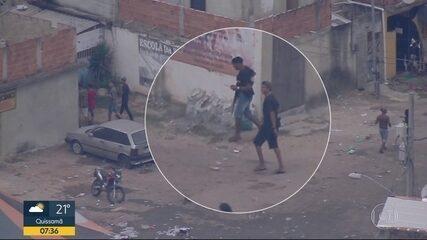 Homens armados circulam entre frequentadores de baile funk na Cidade de Deus