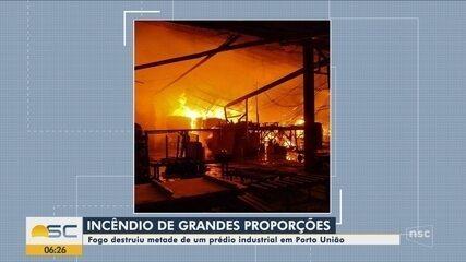 Bombeiros combatem incêndio de grandes proporções em prédio industrial de Porto União