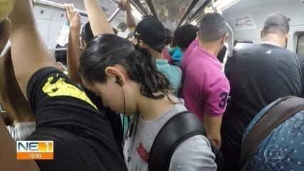 Passageiros do metrô sofrem com lotação, sujeira e elevadores quebrados