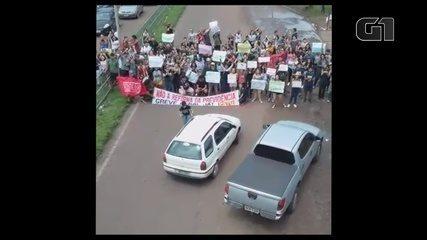 Manifestantes bloqueando Rodovia JK em protesto contra bloqueio de verbas para a educação