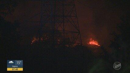 Incêndio atingiu área que pertence ao Exército na Estrada da Coudelaria, em Campinas